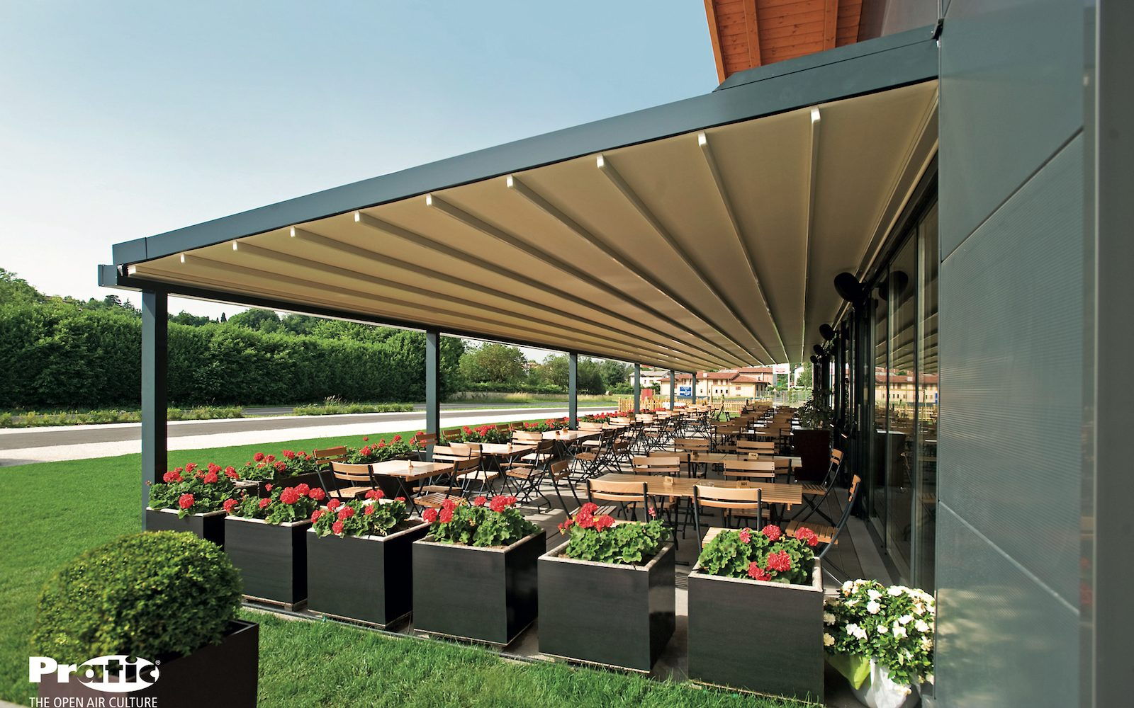 Restaurant pergola retractable roof closed