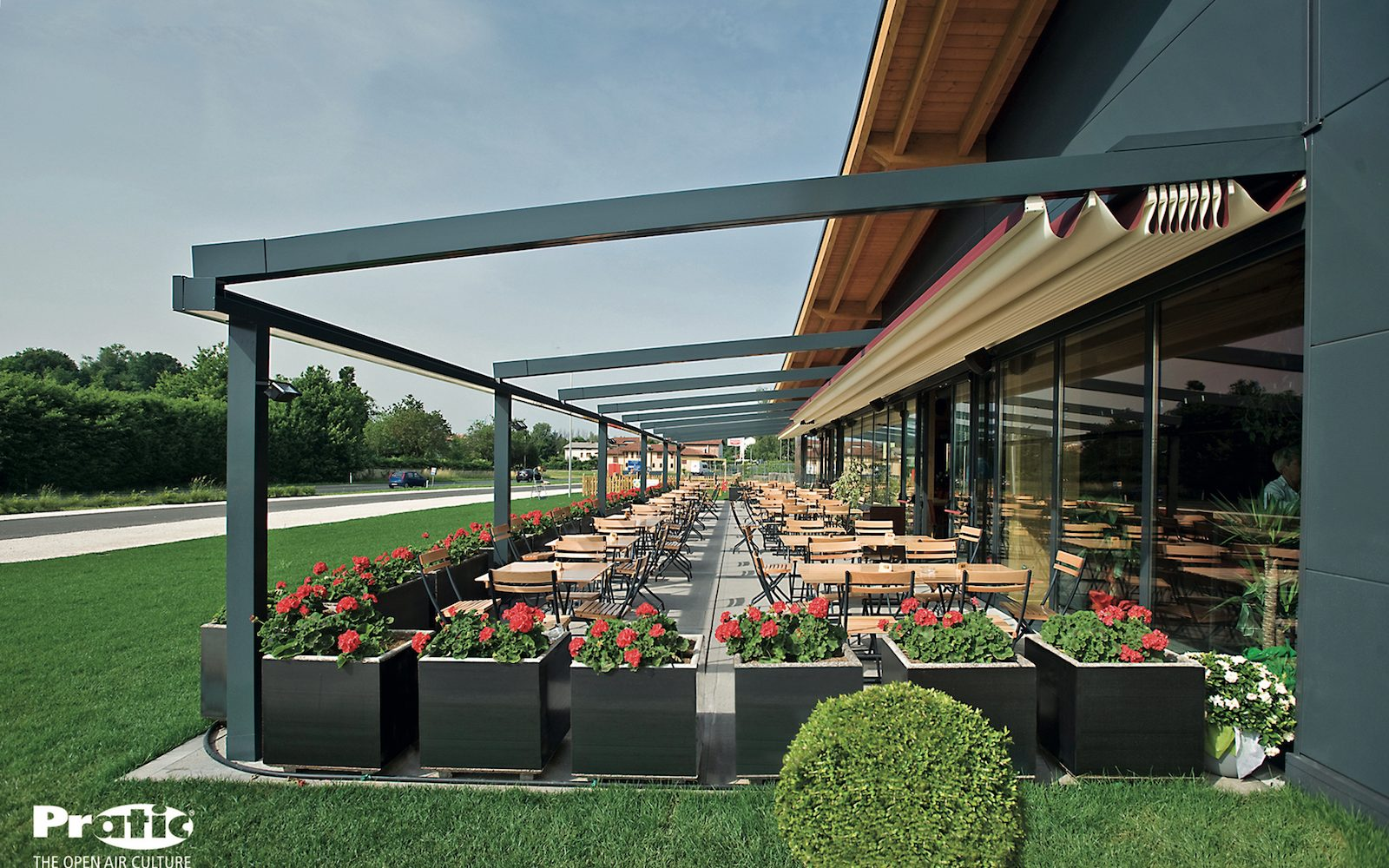 Restaurant pergola retractable roof open